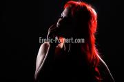 Hübsche rothaarige Frau beim Fotoshooting in Fürth bei Nürnberg posiert sexy