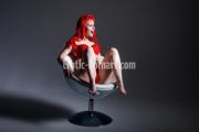 Frau beim Akt Fotoshooting in Fürth bei Nürnberg posiert sexy auf Hocker