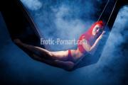 Frau beim Dessous Fotoshooting in Fürth bei Nürnberg posiert sexy auf Hängematte
