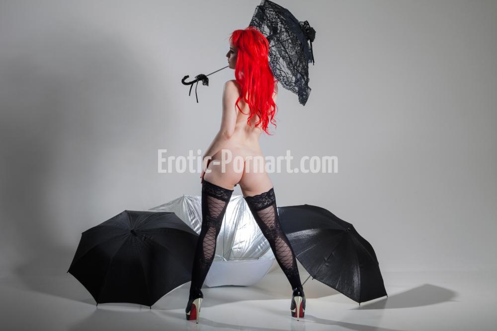 Frau beim Akt Fotoshooting in Fürth bei Nürnberg posiert nackt und sexy mit Schirme